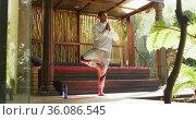 Caucasian man practicing yoga and meditating at vacation home. Стоковое видео, агентство Wavebreak Media / Фотобанк Лори
