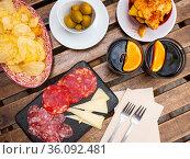 Vermouth with Spanish tapas. Olives, chips, sausage. Стоковое фото, фотограф Яков Филимонов / Фотобанк Лори