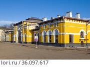 Фасад здания старинного железнодорожного вокзала станции Шарья солнечным апрельским днем. Костромская область. Редакционное фото, фотограф Виктор Карасев / Фотобанк Лори