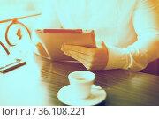 Man with tablet computer reading news at motning in cafe shop. Стоковое фото, фотограф Zoonar.com/Adam Radosavljevic / age Fotostock / Фотобанк Лори