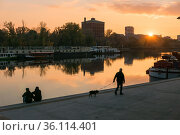 """""""Poland, Wroclaw - People enjoying the view of the river Oder at sunset"""" (2018 год). Редакционное фото, агентство Caro Photoagency / Фотобанк Лори"""