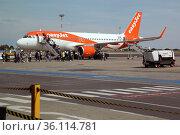 """Schoenefeld, Germany, travellers board an easyjet plane at Schoenefeld airport"" (2019 год). Редакционное фото, агентство Caro Photoagency / Фотобанк Лори"