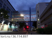 """""""Berlin, Germany, connecting bridge between two buildings of the State Criminal Police Office Berlin"""" (2020 год). Редакционное фото, агентство Caro Photoagency / Фотобанк Лори"""