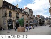 Дижон, Франция. Здания на площади  Francois Rude (2017 год). Редакционное фото, фотограф Rokhin Valery / Фотобанк Лори