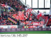 Die Freiburger Fans hatten nach zehn sieglosen Spielen in Mainz endlich... Стоковое фото, фотограф Zoonar.com/Joachim Hahne / age Fotostock / Фотобанк Лори