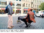 Verkleideter Straßenmusiker mit Pferdekopf und Keyboard in einer ... Стоковое фото, фотограф Zoonar.com/Heiko Kueverling / age Fotostock / Фотобанк Лори