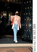 Bella Hadid leaves the Four Seasons Hôtel George V in Paris, France. Редакционное фото, фотограф WENN.com / age Fotostock / Фотобанк Лори