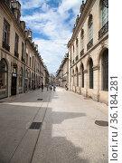Дижон, Франция. Вид улицы Liberte в историческом центре (2017 год). Редакционное фото, фотограф Rokhin Valery / Фотобанк Лори