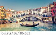 Gondola on Grand canal near Rialto bridge in Venice (2013 год). Стоковое фото, фотограф Sergey Borisov / Фотобанк Лори