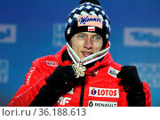 Stark: Dawid Kubacki (Polen /POL) zeigt seine Goldmedaille bei der... Стоковое фото, фотограф Zoonar.com/Joachim Hahne / age Fotostock / Фотобанк Лори