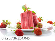 homemade strawberry ice cream on a stick made from fresh strawberries in a plate. Стоковое фото, фотограф Peredniankina / Фотобанк Лори