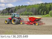 Red Massey Ferguson 5460 tractor and Vaderstad Rapid 300C seed drill... Редакционное фото, фотограф Taina Sohlman / age Fotostock / Фотобанк Лори