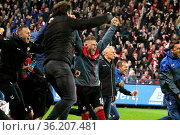 Yoric Ravet (Freiburg) bejubelt schon den 3:1 Sieg des SCF, Trainer... Стоковое фото, фотограф Zoonar.com/Joachim Hahne / age Fotostock / Фотобанк Лори