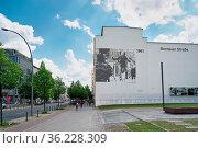 Erinnerung an den Verlauf der ehemaligen Berliner Mauer durch ein... Стоковое фото, фотограф Zoonar.com/Heiko Kueverling / age Fotostock / Фотобанк Лори