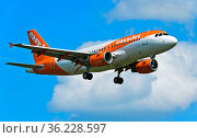 EasyJet Airbus im Anflug auf Genf, Schweiz / easyJet Airbus approaching... Стоковое фото, фотограф Zoonar.com/Georg / age Fotostock / Фотобанк Лори