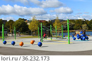 Playground in park by lake in in sunny day. Helsinki (2019 год). Редакционное фото, фотограф Валерия Попова / Фотобанк Лори