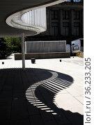 Vancouver Art Gallery plaza in downtown Vancouver, BC, Canada. Стоковое фото, фотограф Douglas Williams / age Fotostock / Фотобанк Лори