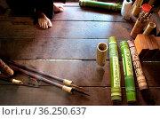 Herstellung von verzierten Köchern aus Bambus für Blasrohrpfeile auf... Стоковое фото, фотограф Zoonar.com/Simone Buehring / easy Fotostock / Фотобанк Лори