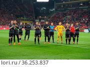 Die Freiburger Fans bedanken sich bei den mitgereisten Fans nach ... Стоковое фото, фотограф Zoonar.com/Joachim Hahne / age Fotostock / Фотобанк Лори