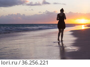 Silhouette photo of a girl walking at the Atlantic Ocean coast (2020 год). Стоковое фото, фотограф EugeneSergeev / Фотобанк Лори