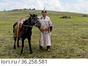 Älterer Nomade in traditioneller Kleidung mit seinem aufgezäumten... Стоковое фото, фотограф Zoonar.com/Georg / age Fotostock / Фотобанк Лори