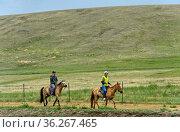 Touristen auf einem Ausritt in der mongolischen Steppe, Gorchi-Tereldsch... Стоковое фото, фотограф Zoonar.com/Pant / age Fotostock / Фотобанк Лори