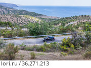 Serpentine winding road with cars near the sea coast. Стоковое фото, фотограф Юрий Бизгаймер / Фотобанк Лори