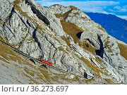 Roter Wagen der Pilatusbahn auf der steilen Bahnstrecke am Pilatus... Стоковое фото, фотограф Zoonar.com/Georg / age Fotostock / Фотобанк Лори