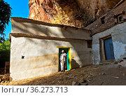 Priester am Eingang zur Felsenkirche Maryam Papaseyti, Gheralta, ... Стоковое фото, фотограф Zoonar.com/GFC Collection / age Fotostock / Фотобанк Лори