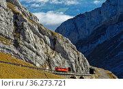Roter Wagen der Pilatusbahn auf der steilen Bahnstrecke am Pilatus... Стоковое фото, фотограф Zoonar.com/GFC Collection / age Fotostock / Фотобанк Лори