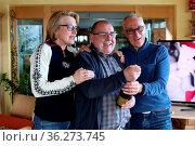 Im heimischen Hotel Sonnenhof mal schnell eine Pulle geöffnett auf... Стоковое фото, фотограф Zoonar.com/Joachim Hahne / age Fotostock / Фотобанк Лори
