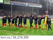 Der Dank an die Fans: Die Freiburger Spieler bedanken sich für die... Стоковое фото, фотограф Zoonar.com/Joachim Hahne / age Fotostock / Фотобанк Лори
