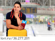 Junger Mann Ticket Flugticket Flughafen Reise reisen Koffer verreisen... Стоковое фото, фотограф Zoonar.com/Markus Mainka / easy Fotostock / Фотобанк Лори