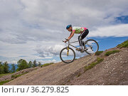 Über steile und felsige Wegpassagen fährt der Mountainbiker konzentriert... Стоковое фото, фотограф Zoonar.com/Christa Eder / easy Fotostock / Фотобанк Лори