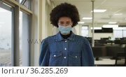 Portrait of african american creative businesswoman wearing face mask looking at camera. Стоковое видео, агентство Wavebreak Media / Фотобанк Лори
