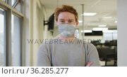 Portrait of caucasian creative businessman wearing face mask looking at camera. Стоковое видео, агентство Wavebreak Media / Фотобанк Лори