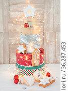 Verschiedene Keksdosen mit Plaetzchen zu einem Weihnachtsbaum gestapelt... Стоковое фото, фотограф Zoonar.com/Barbara Neveu / easy Fotostock / Фотобанк Лори