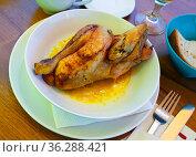 Baked chicken half with sauce. Swiss cuisine. Стоковое фото, фотограф Яков Филимонов / Фотобанк Лори