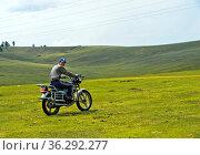 Junger Mann fährt mit einem Motorrad in der Steppen, Mongolei / Young... Стоковое фото, фотограф Zoonar.com/Georg / age Fotostock / Фотобанк Лори