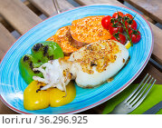 Photography of plate with sepia fried on a grill with pepper, boiled batat and honey-mustard sauce. Стоковое фото, фотограф Яков Филимонов / Фотобанк Лори