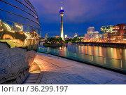 Blick auf den Rheinturm und den Medienhafen in Düsseldorf. Стоковое фото, фотограф Zoonar.com/Christian Suhrbier / age Fotostock / Фотобанк Лори