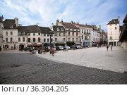 Бон, Франция. Колоритные старые фасады на площади Halle (2017 год). Редакционное фото, фотограф Rokhin Valery / Фотобанк Лори