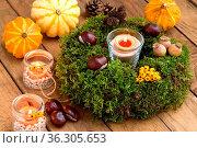 Herbstdekoration - Mooskranz und Kerzenschein. Стоковое фото, фотограф Zoonar.com/Petra Schüller / easy Fotostock / Фотобанк Лори