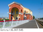 Вид на здание железнодорожного вокзала солнечным июльским днем. Орел. Редакционное фото, фотограф Виктор Карасев / Фотобанк Лори