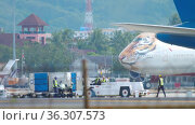 Towing jumbo jet 747 at Phuket airport (2018 год). Редакционное видео, видеограф Игорь Жоров / Фотобанк Лори