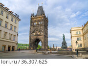 Вид на Староместную  башню Карлова моста апрельским утром. Прага, Чехия (2018 год). Редакционное фото, фотограф Виктор Карасев / Фотобанк Лори
