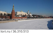 View of the Moscow Kremlin and the Moscow river in winter. Стоковое видео, видеограф Яков Филимонов / Фотобанк Лори