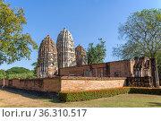 Вид на руины древнего буддистского храма Wat Sri Sawai в историческом парке города Сукхотай. Таиланд (2018 год). Стоковое фото, фотограф Виктор Карасев / Фотобанк Лори