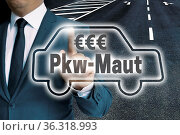 PKW-Maut auto touchscreen wird von mann bedient konzept. Стоковое фото, фотограф Zoonar.com/WSF / easy Fotostock / Фотобанк Лори