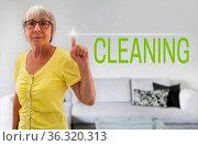 Cleaning touchscreen wird von seniorin gezeigt. Стоковое фото, фотограф Zoonar.com/Nils Melzer / easy Fotostock / Фотобанк Лори